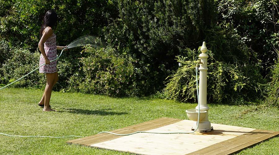 Innaffiare il giardino con un tubo
